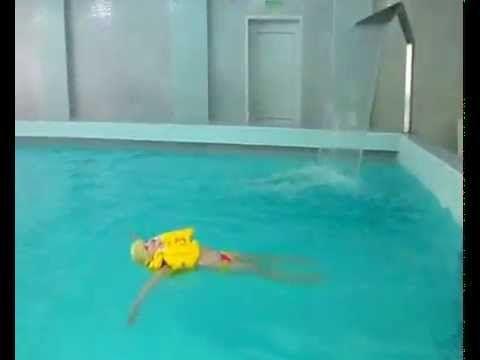Я учусь плавать в бассейне.