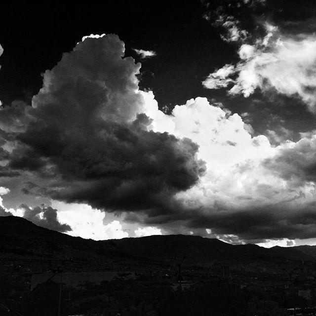 Amanecer en Medellín    #mobilphotography #travel #adventure #viaje #aventura   #landscape #sky #clouds #mountain #sunrise #amanecer #paisaje #nubes