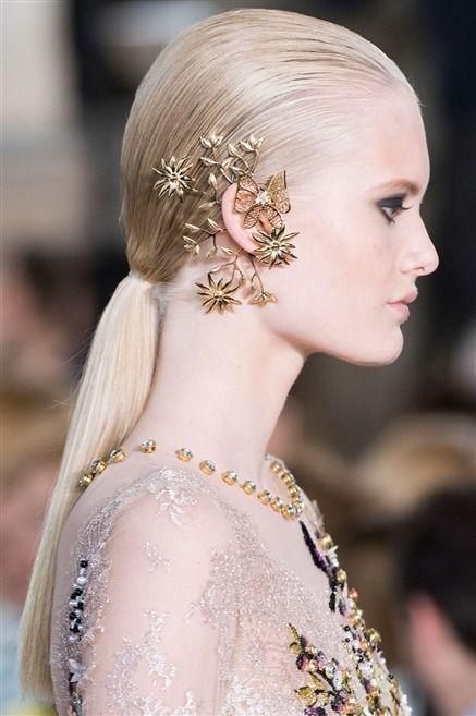 Photos des détails du défilé Georges Hobeika Haute Couture automne-hiver…