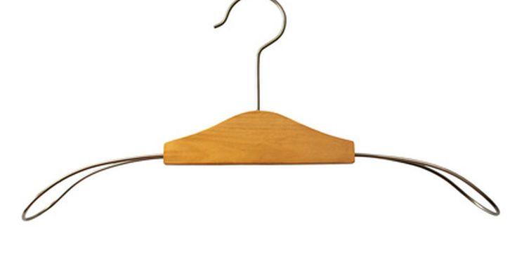 Cómo arreglar una hebilla de cinturón. Si bien hay varios tipos de hebillas de cinturón, como las de broche plástico para cinturones tejidos o con sujetadores decorados que caracterizan los cinturones de estilo western, las hebillas de cinturón de espiga, sin duda son el tipo más común. Éstas se componen de un anillo metálico con aleta articulada (espiga o pasador), empujada a través ...