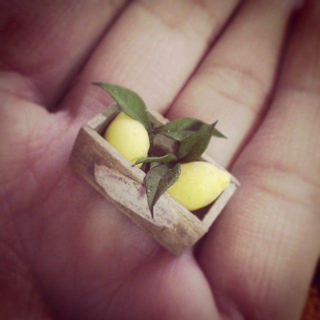 #lemon#レモン  古い木箱の中に葉っぱつきレモンちゃん(*゜▽゜*)