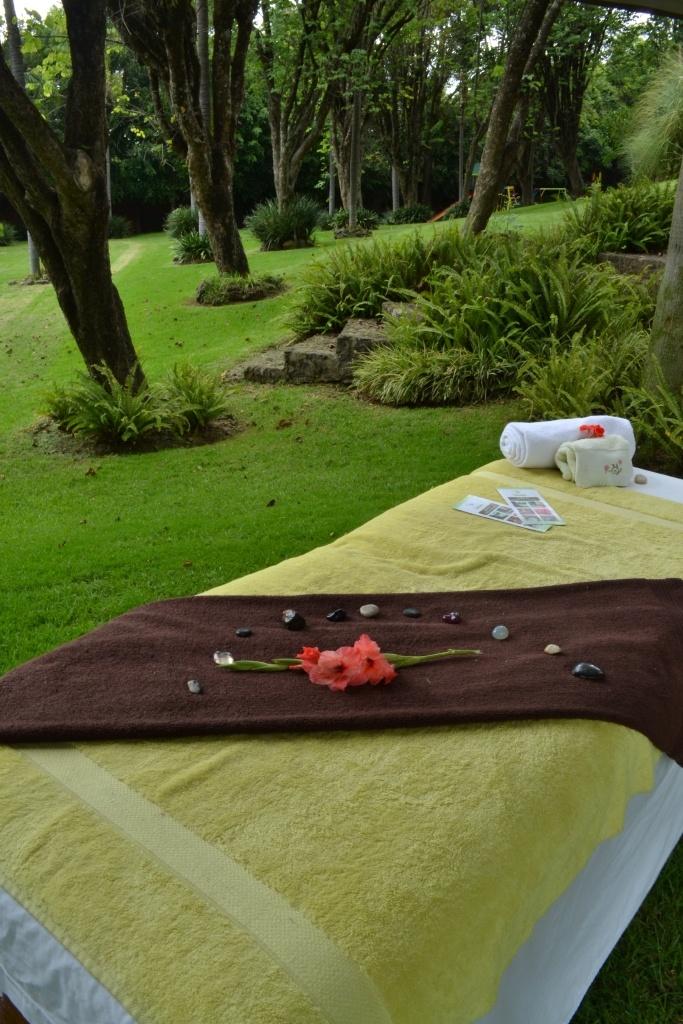 un masaje enmedio del jardin