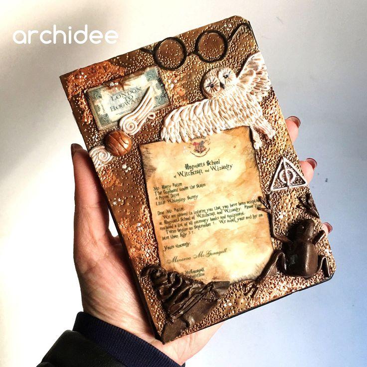 Finalmente terminato!!! Ci sono anche gli occhiali il boccino d'oro il cappello parlante e il biglietto del treno per il binario 9 e 3/4 !! Amo questo Art Journal potteriano !!!    #archidee #becreative #bepositive #artjournal #artjournaling #artjournalcover #harrypotter #harrypotterfanart #hogwarts #hogwartsletter #hogwartsschoolofwitchcraftandwizardry #binarionoveetrequarti #polymerclay #pastapolimerica #pastepolimeriche #fimo #cernit #sculpey #cernitclay #handmade #supporthandmade…