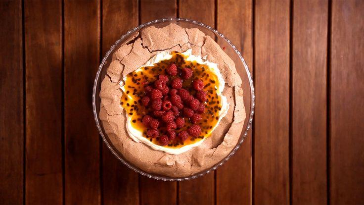 Essa pavlova de chocolate com maracujá e framboesa é a sobremesa perfeita para impressionar quem você ama. . Ingredientes: 6 claras, 1+½ xícara de açúcar, 3 colheres de sopa de cacau em pó, 1 colher de vinagre balsâmico, 50g de chocolate meio amargo picado, 150g de chantilly, 2 maracujás, 5 colheres de sopa de açúcar, 100g de framboesas
