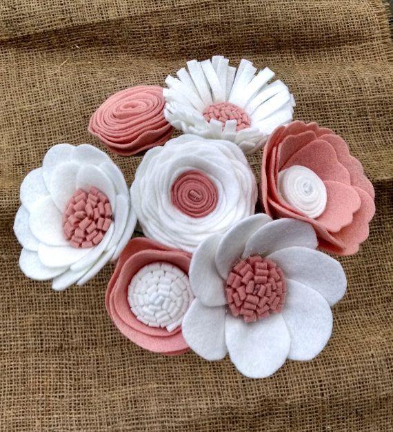 Rosa und weißes Blumenbouquet mit floralen Stielen aus Wollfilz von Madymae