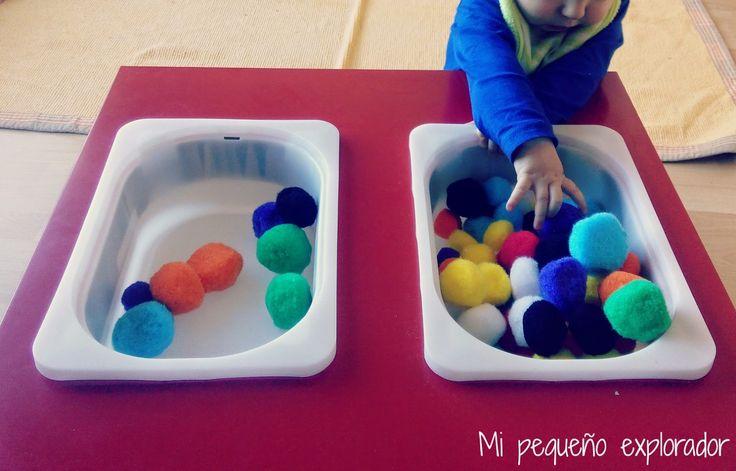 Mesa sensorial con pompones de colores