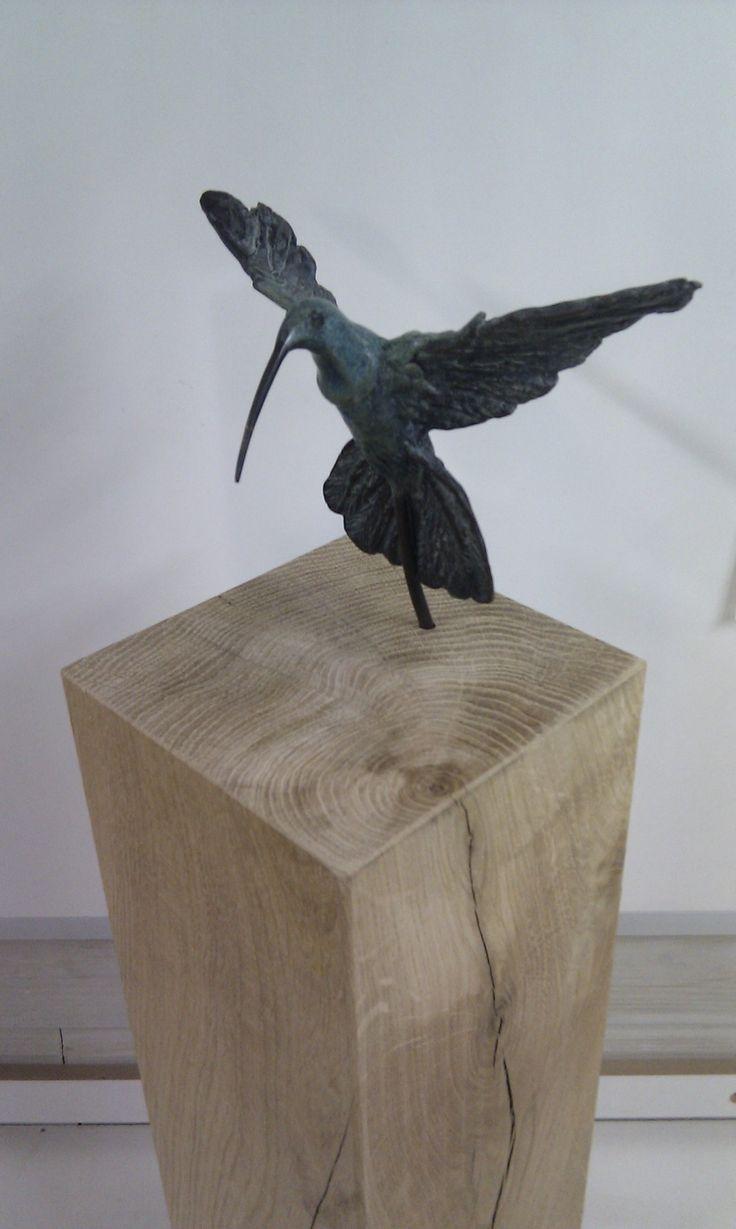 bronzen beeld op eiken houten sokkel / zuil