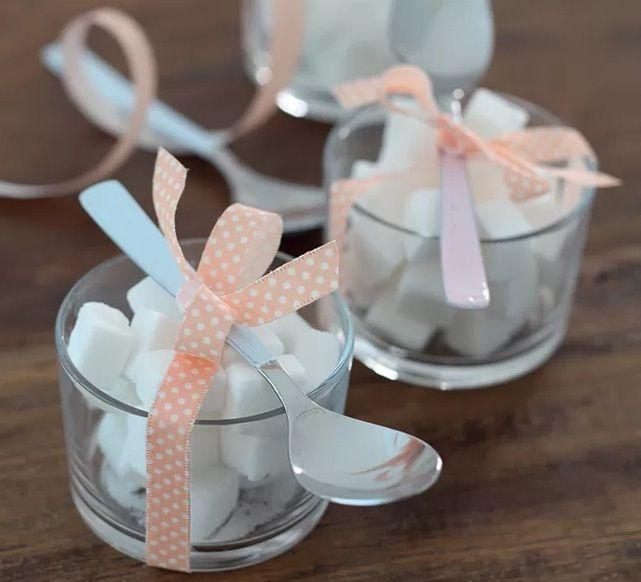 Potinhos de vidro com um laço de fita viram açucareiros simples e delicados, ótimos para adoçar a hora da despedida dos convidados. ;)