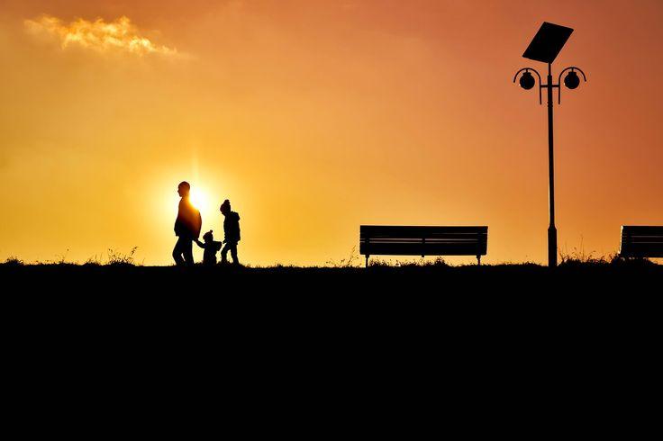 """""""La orice trebuie să ai noroc în viață, dar mai ales la oameni.""""(Ileana Vulpescu) Mereu îmi atrag atenția fotografiile care prind în cadru oameni trecuți de tinerețe, familii cu copii adolescenti, și care-și spun: iubirea mea, sau iubirile mele, prin referire la partenerul de viață și la copii. Oameni care au niște ani împreună în…"""