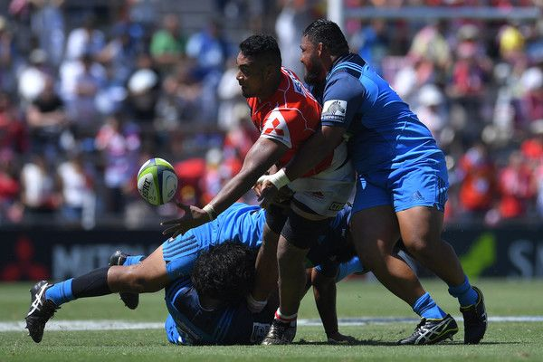 Uwe Helu Photos Photos - Uwe Helu #5 of Sunwolves passes the ball during the Super Rugby match between the Sunwolves and the Blues at Prince Chichibu Stadium on July 15, 2017 in Tokyo, Japan. - Super Rugby Rd 17 - Sunwolves v Blues