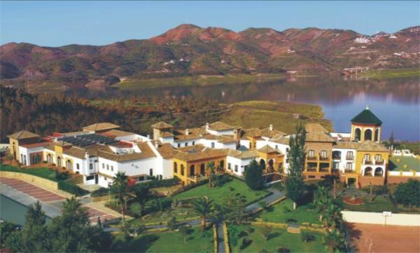 Het meer van Viñuela, 20 min rijden en zichtbaar vanaf Casa Las Peñas. Je kan er fietsen huren en lekker eten bij Hotel Viñuela.