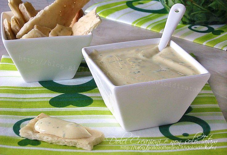 Salsa allo yogurt, dal sapore delicato ma deciso, si prepara in pochi minuti e con semplici ingredienti. Ottima per accompagnare insalate miste, patate ...