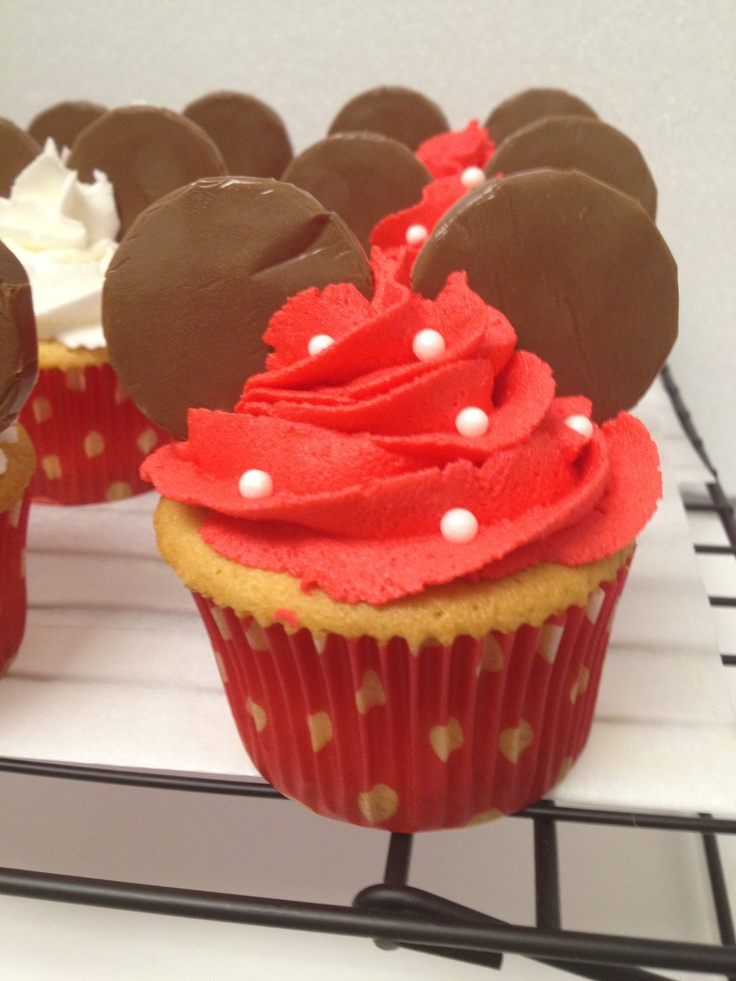 Minnie Mouse Cupcakes--Here ya go, Lee Ann!  Looks easy!  plus if you go to the website, there are other ideas, including something for Jay : )