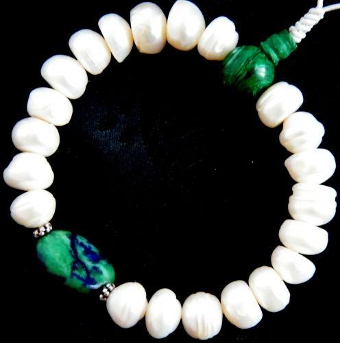 Tenyésztett gyöngy karmala ellenállhatatlanul nőies: http://www.tibetan-shop-tharjay-norbu-zangpo.hu/karmala_121/karmala-azurit-malachit%20csuklo-mala