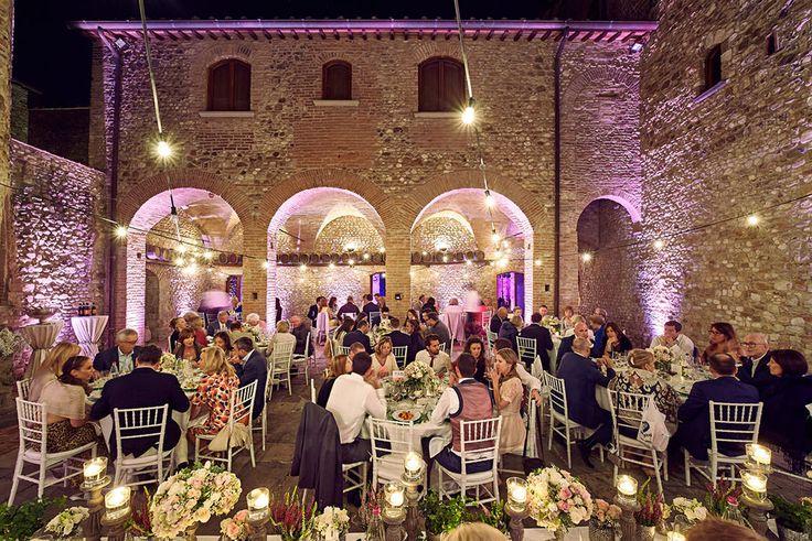wedding dinner in Castello di Bibbione, Flowers by Jardin Divers www.jardindivers.it @jardindivers tuscany wedding, vintage flower decor, wedding in italy, italian wedding, chianti wedding, vintage wedding, outdoor wedding, flower wedding