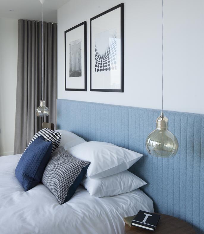 La lampada del comodino arriva dall'alto: oltre a essere una soluzione di tendenza, l'idea di usare lampade da sospensione a fianco al letto permette di risparmiare spazio rispetto a una classica luce da tavolo e offre un'illuminazione più diffusa