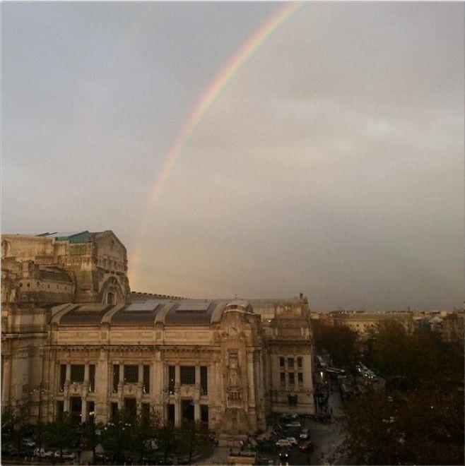Un arcobaleno - addirittura doppio, visto da alcune zone della città - compare nel cielo di Milano. E immediatamente si scatenano i tweet con le immagini e l'hashtag #arcobaleno: eccone alcune prese dal social network  Repubblica Milano è anche su  Facebook  e  Twitter