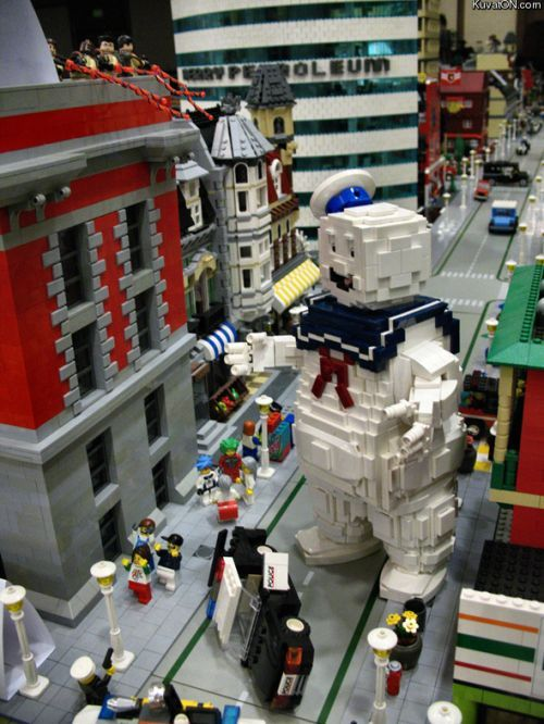 Stay-Puff Marshmallow Man... in Legos.