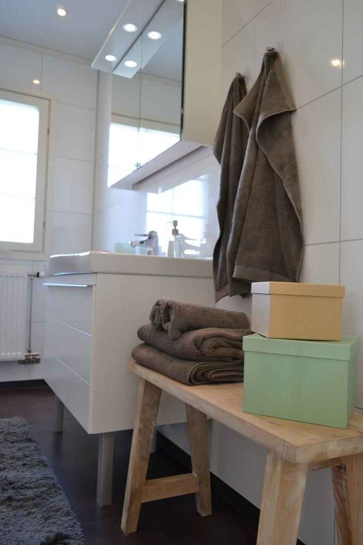 Badrumsmöbel och spegel. Älvsbyhus.