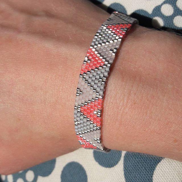 Bracelet en tissage peyote avec mes miyuki néon préférées ! #jenfiledesperlesetjassume #tissagemiyuki #tissageperles #miyukibeads #miyukidelica