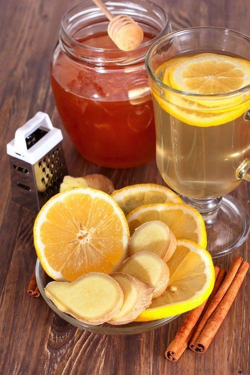 Limone nell'alimentazione per il vomito....Rimedi fitoterapici ...  Molti prodotti naturali aiutano in caso di vomito. Un toccasana è l'infuso preparato con la radice di zenzero, in quanto apporta un'immediata sensazione di benessere.  Altrettanto utile è bere una tisana tiepida di menta piperita, una pianta che aiuta a distendere i muscoli dello stomaco. Un infuso di camomilla può essere utile per attutire la sensazione di nausea.