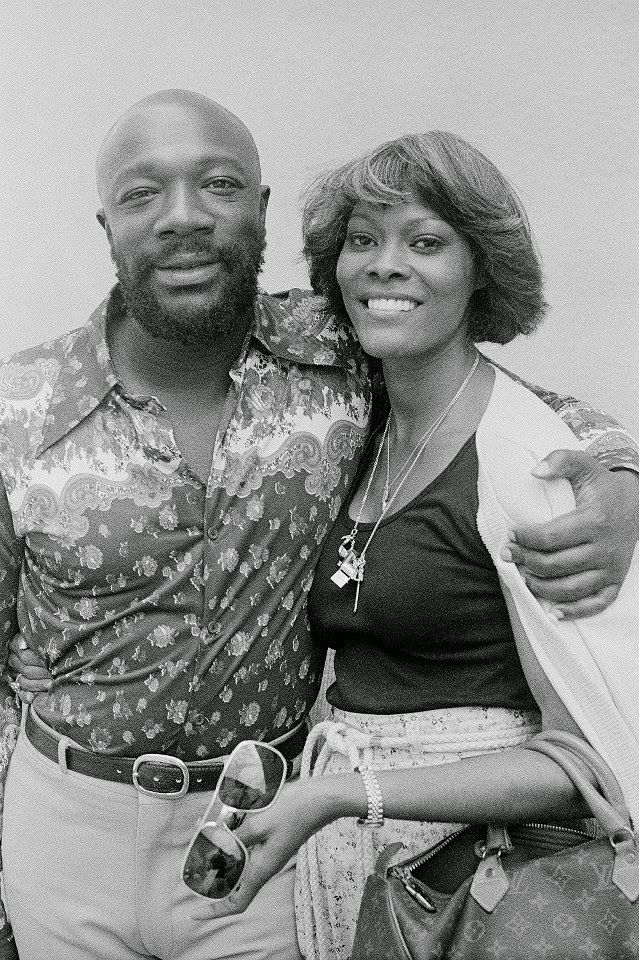 """1977 - Dionne Warwick and Isaac Hayes on the set of """"Rockford Files"""""""