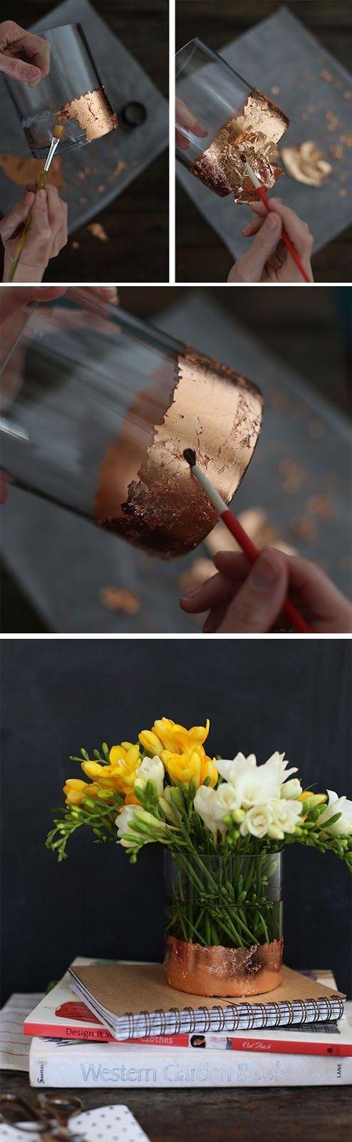 Folhas de ouro são encontradas em casas de material para artesanato ou papelarias especializadas. O manuseio é simples: escolha o que você vai decorar - um pote de vidro, por exemplo - passe cola branca com um pincel na parte que for receber o dourado e vá aplicado a folha de ouro na cola.