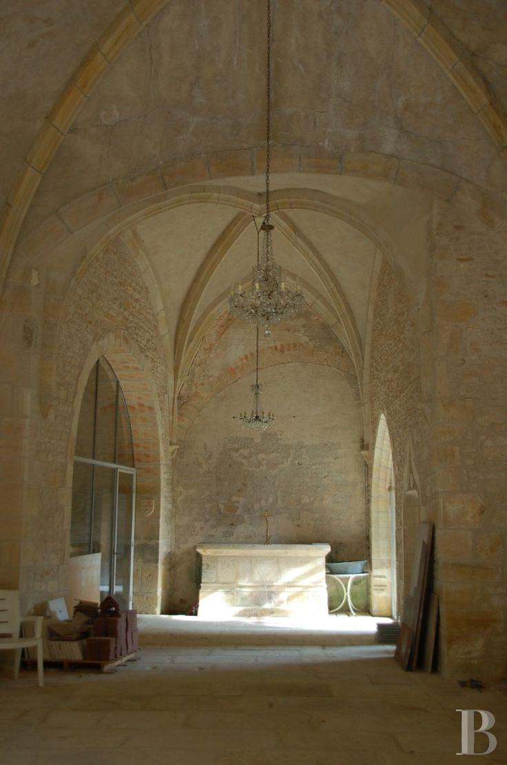 Au centre de la France, chapelle du 15è s. et son presbytère classés MH - églises a vendre - centre-val-de-loire - Patrice Besse Châteaux et Demeures de France, agence immobilière spécialisée dans la vente de châteaux, demeures historiques et tout édifice de caractère