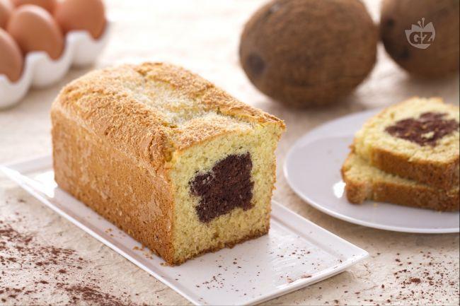 Il plumcake al cocco con cuore di cioccolato è un goloso dolce realizzato con un impasto al cocco e un cuore goloso al cacao.