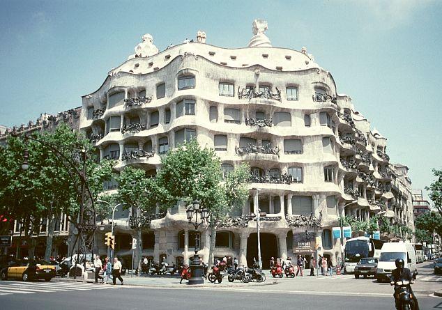 Casa Mila. 까사밀라는 가우디가 1905~1910년에 지은 민간 건축물. 건물의 기둥과 아치는 돌을 캐내는 '채석장(la Pedrera)'을 연상시킨다하여 바르셀로나에서는 페드레라 라고 더 많이 부른다고 한다. 외벽은 대리석과 석회암으로 구성되어 있으며 벽면과 기둥을 돌로 꾸몄다. 식물의 형상을 따라 디자인의 연속성을 나타낸다. 구불구불 물결치는 듯한 건물외관이 인상적이다.