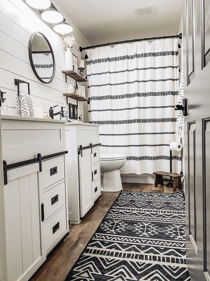 Farmhouse Bathroom In 2020 Modern Farmhouse Bathroom Farmhouse Bathroom Decor House Bathroom