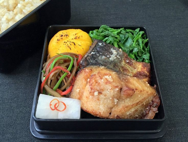 鯖竜田揚げ(酢橘別)、大根甘酢漬、金平(絹さや)、南京薩摩芋茶巾(乳・卵入)、芹地浸、玄米ご飯210g