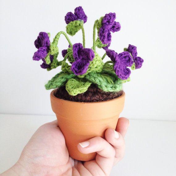 Mini viola selvaggia all'uncinetto in vaso di di ToHaveandToHolder