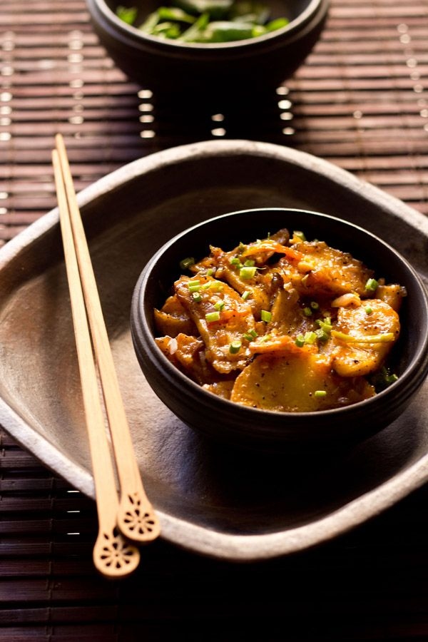 schezwan chilli potatoes - indo chinese recipe of fried crisp potatoes in spicy and hot schezwan chilli sauce. goes well as a starter or with veg fried rice, veg hakka noodles or with your choice of bread. step by step recipe.
