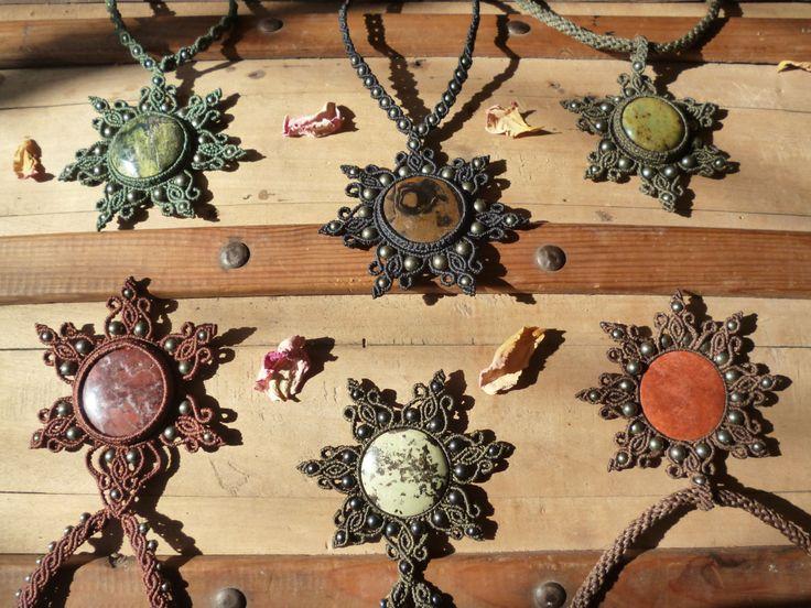 "Pendentif en Macrame Collection ""Flocon de Neige""... Serpentine et Pyrite. by TribalGipsy on Etsy"