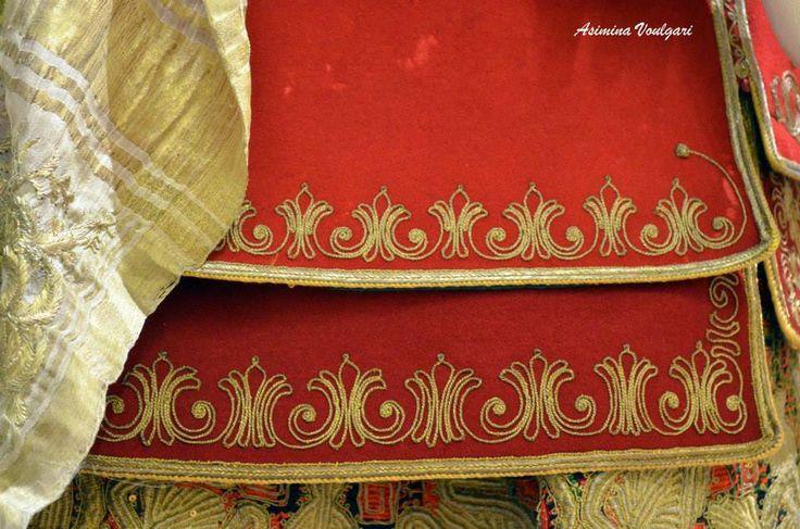 Νυφική φορεσιά από την Κηφισιά Αττικής που ανήκε στην οικογένεια Κουτσού, τέλη 19ου αιώνα.  Bridal costume from Kifissia, Attica belonging to Koutsos family, late 19th century.  Photo: Asimina Voulgaris  Η φορεσιά ανήκει στην συλλογή του Πελοποννησιακού Λαογραφικού Ιδρύματος (Π.Λ.Ι), στο Ναύπλιο