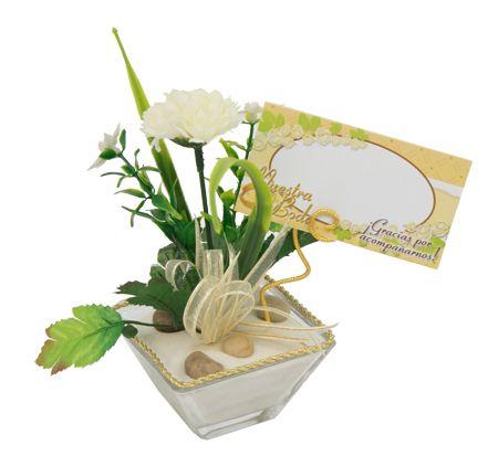Personalizados para boda. Arreglo para centro de mesa con flores y arena