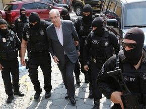 Eduardo Cunha é escoltado por policiais em Curitiba (Foto: Giuliano Gomes/PRPress)