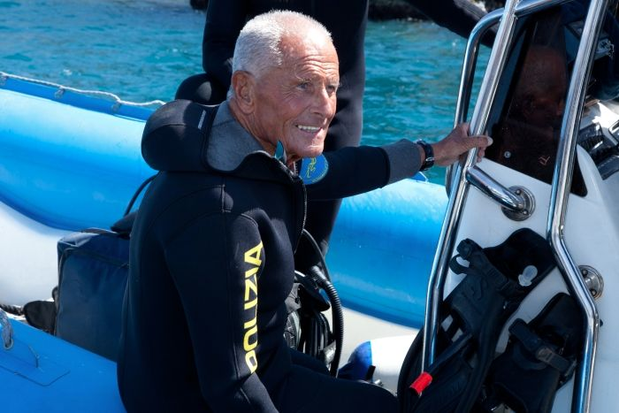 """Foto: Ciao Enzo, ci manchi di già :'( <<Non amo molto la montagna. Una volta, comunque, con un vecchio marinaio, dopo una lunga scarpinata sull'Etna, siamo arrivati a quota 3.400 metri. Ansimante per gli anni e lo sforzo, il vecchio esclamò: """"Uh, che bello! Si vede il mare!"""" >> (Enzo Maiorca)   #citazione #quotes #scubadiving"""