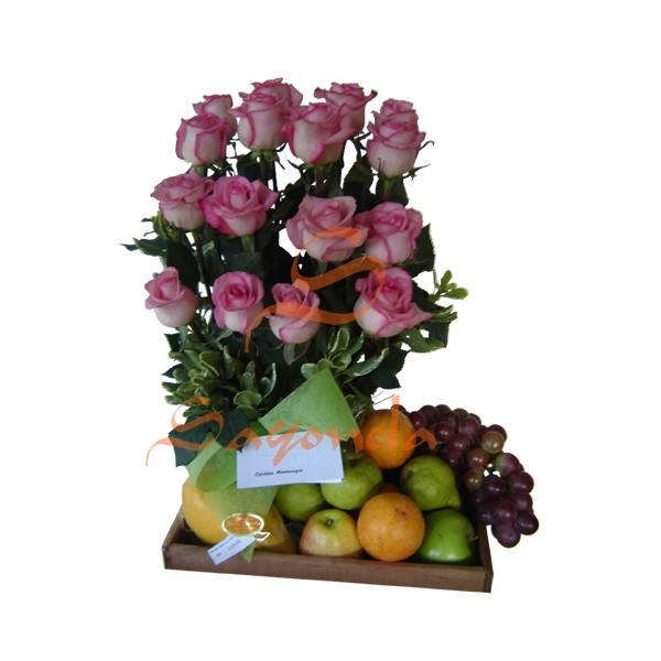 Arreglo compuesto por:        18 Rosas Fucsia Bicolor      1 Papaya Hawaiana      3 Peras      2 Manzanas      3 Granadillas      1 Racimo de Uvas