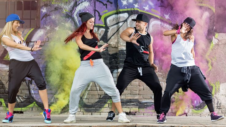 Dance crew practicando uno de los bailes del hip hop
