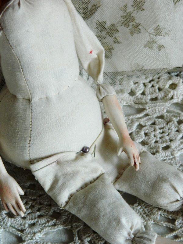 3. Пришиваем ножки и ручки. Для начала приколите все булавками. ВАЖНО!!! Ножки прикалывайте на переднюю часть туловища (не на донышко!!!). Кукла должна сидеть. Ножки не должны при этом задираться.