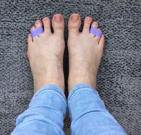 Junta dos de los dedos de tu pie, el tercero y el cuarto, con cinta adhesiva antes de usar tacones.