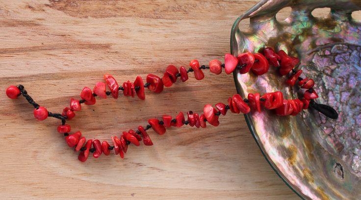 Pulsera realizada con coral rojo y tejido macramé con seda negra encerada. Precio: 2€