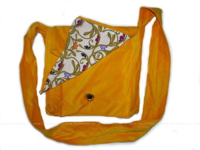 Kabela manšestrová - žlutá. Kabela je šita z jednobarevného manšestru s vnitřkem z vzorované bavlny.  Její rozměry lze užít jak pro každodenní nošení věcí až do formátu A4. Cena: 548,00 Kč