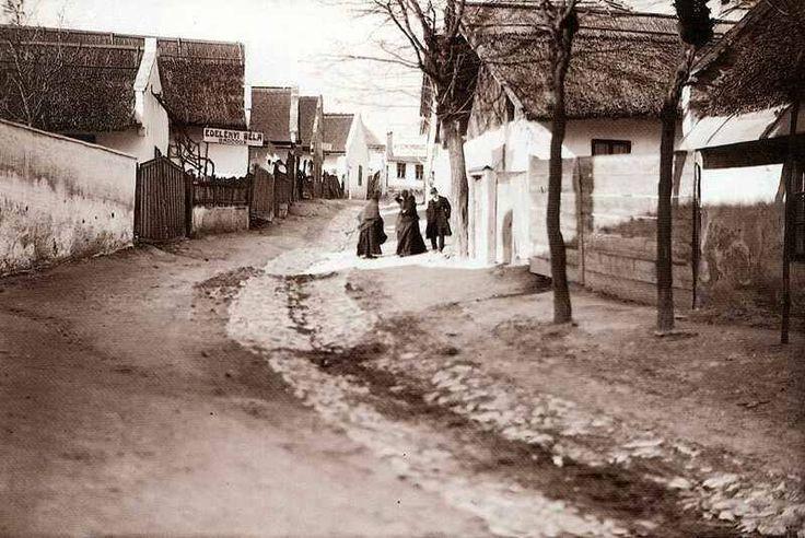 Győrszentmárton - a mai Pannonhalma - főutcája, 1905 körül.  Fotó: Palatin Gergely, egy fényképező szerzetes - mek.oszk.hu