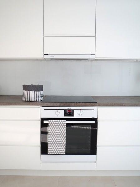 keittiö,liesi,uuni,kodinkoneet,vaalea,valkoinen sisustus,moderni,betoni,tyylikäs