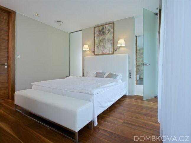 """Druhé """"rameno"""" domu je klidové s ložnicemi, šatnami a koupelnami. Spojujícím momentem obou ramen je oboustranně prosklený prostor s vířivkou, z něhož je možno vstupovat do uzlu hlavní ložnice nebo přímo na terasu do zahrady."""