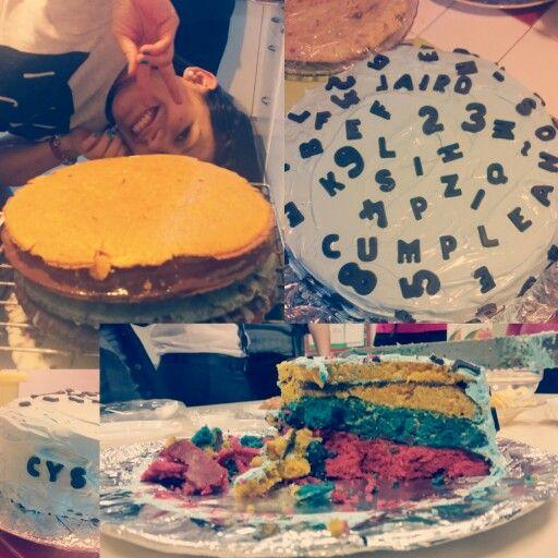 Tarta de chocolate y leche condensada de tres pisos y de tres colores. Bandera de colombia