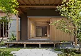 茶室のある家: AMI ENVIRONMENT DESIGN/アミ環境デザインが手掛けた窓&ドアです。